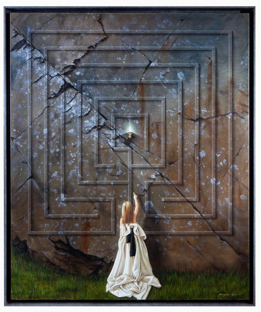 A LUZ DO LABIRINTO - O labirinto é o plano de uma peregrinação da periferia para o centro. Da escuridão para a luz. A consciência da existência de um centro, a consciência da existência dessa luz, é a nossa guia nessa caminhada. Quando o labirinto aparece, a nossa consciência acorda e começa a guiar-nos. A aparição é o labirinto.