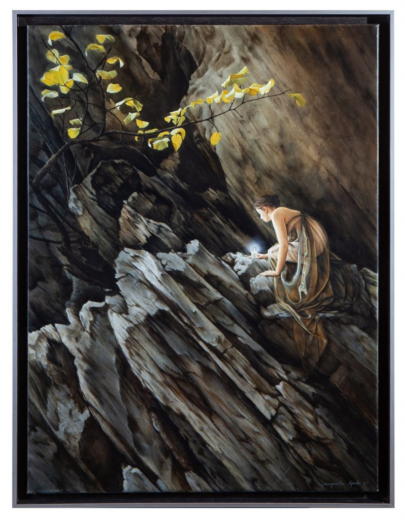 ESPERANÇA - Num ambiente escuro, mineral e pontiagudo, um ser-humano tenta manter acesa uma vela, fonte de vida luz e calor. Quando tudo à nossa volta se torna duro, escuro e estéril, a vela acesa é a nossa única esperança. Devemos, por isso, cuidá-la, protegê-la e mantê-la para não a perdermos, perdendo-nos com ela. A aparição é a Luz.