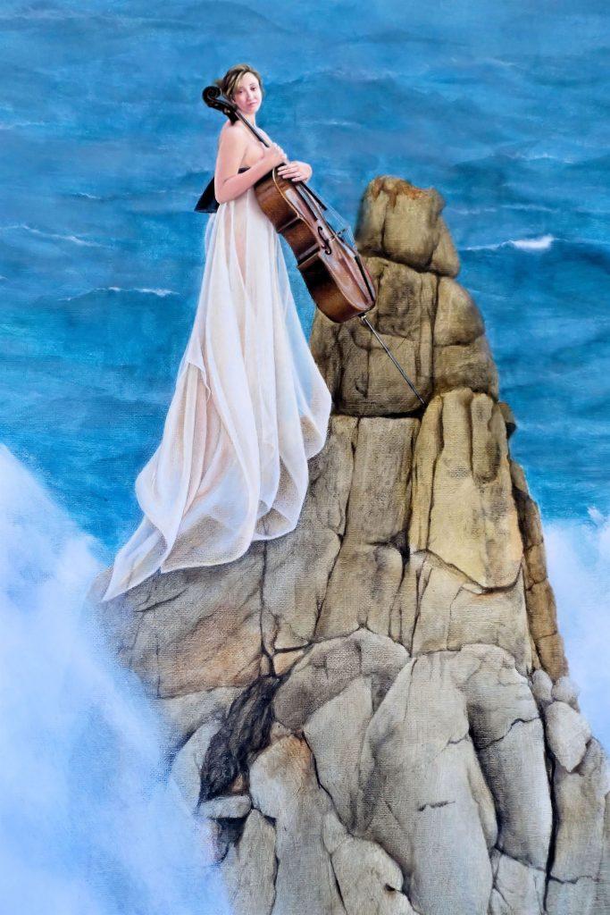 ELA, O VIOLONCELO E AS VAGAS Um pequeno rochedo, rodeado de um mar alteroso, fala-nos de um pequeno refúgio, precário, que nos aporta uma certa sensação de segurança. A companhia do violoncelo é a única presença acolhedora à qual nos agarramos. Mesmo em momentos de solidão e dificuldade, há sempre uma presença que vibra e nos consola.